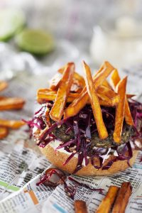 Linsenburger mit Sweet Potato Fries, Limetten Mayo & Asiatischem Rotkraut