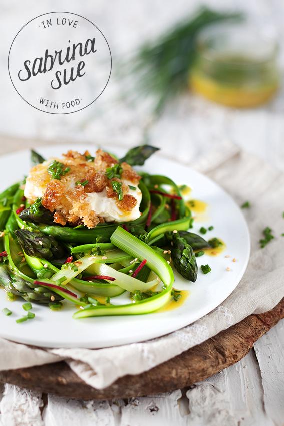 Grüner Spargelsalat mit pochiertem Ei und Schnittlauch Vinaigrette