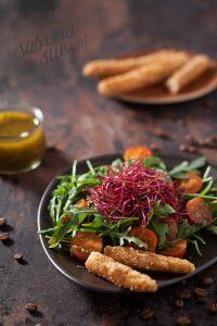 Rucola Salat an Kaffee Vinaigrette mit ausgebackenen Spargelspitzen