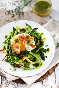 Grüner Spargelsalat mit pochiertem Ei