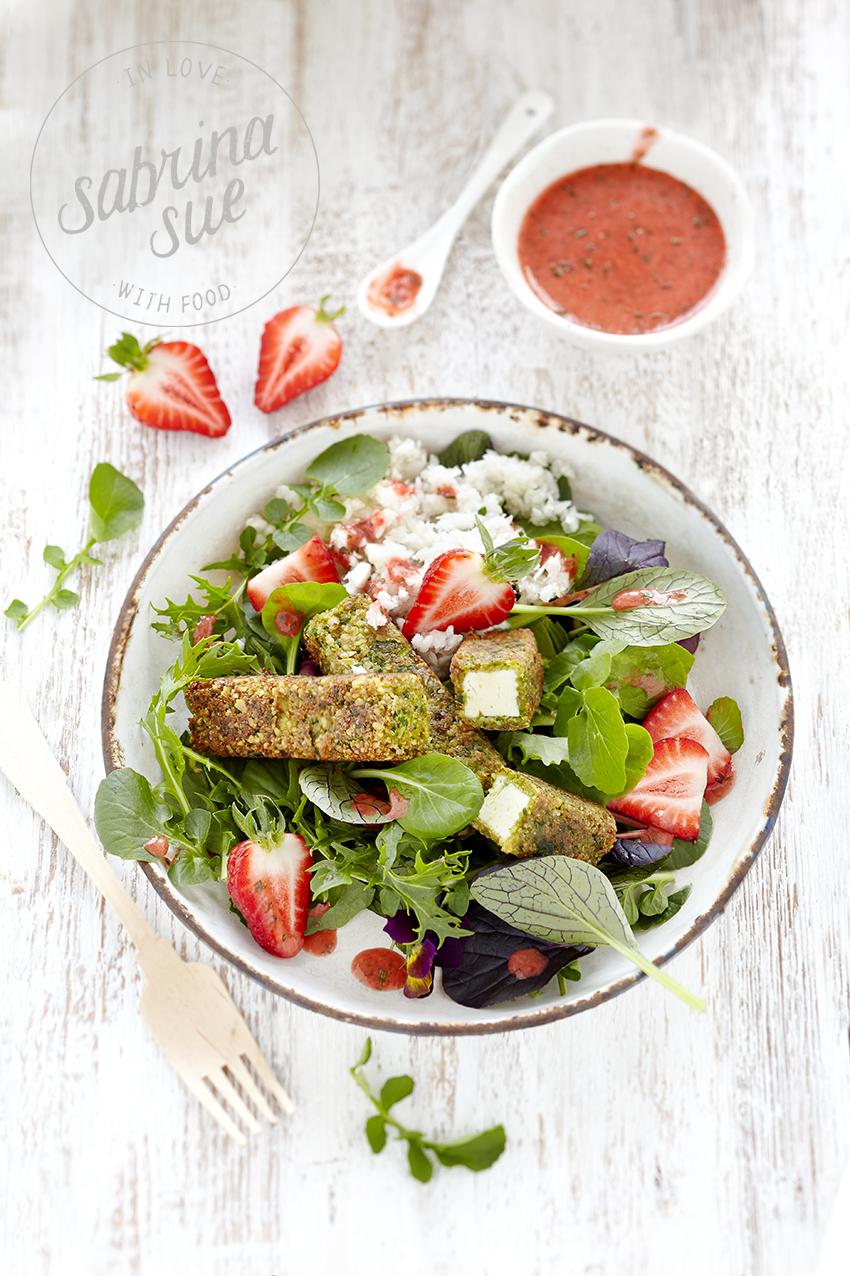 Bärlauch-Feta-Sticks-Erdbeer-Wildkräuter Salat