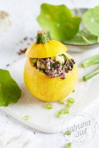 Gefüllte Zucchini mit Quinoa & Kapuzinerkresse
