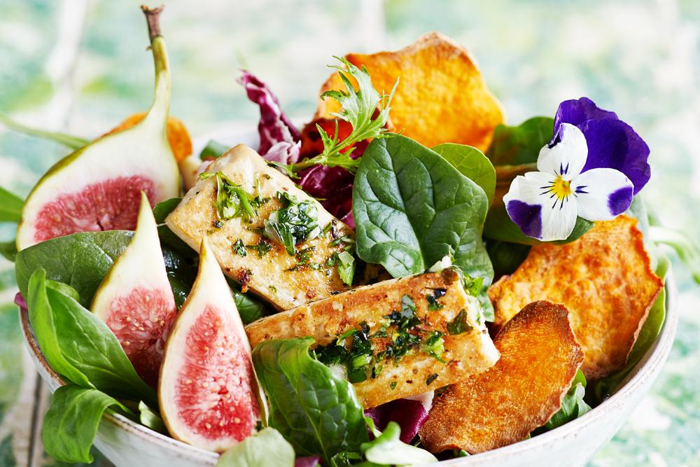 Kräutertofu Feigensalat & Süßkartoffelschips