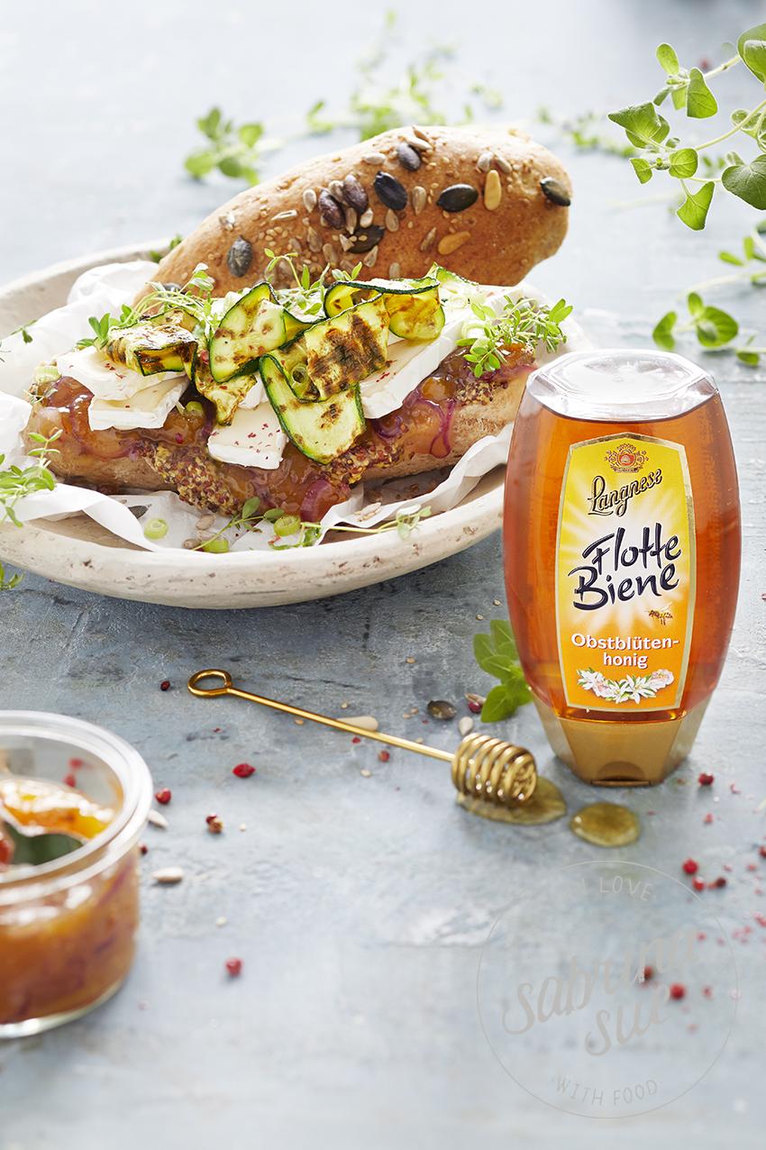 Zucchini-Camembert Sandwich mit Honig-Mango-Zwiebel-Chutney