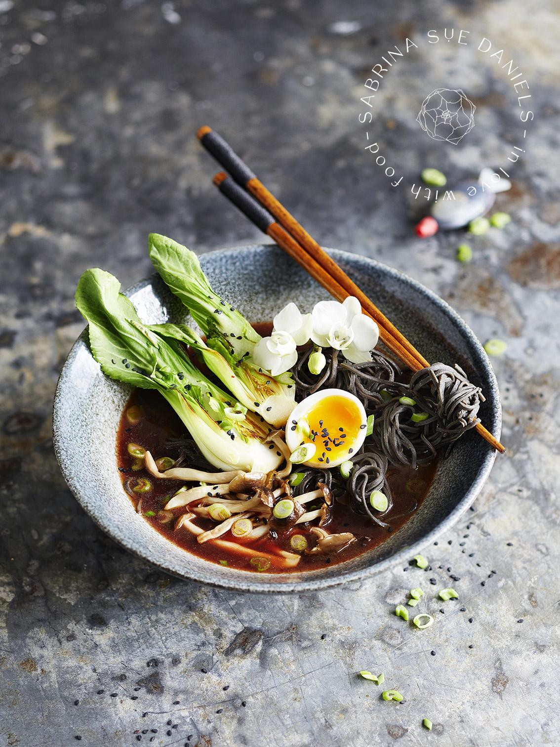 Rote Bete Ramen Suppe mit Protein Pasta