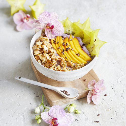 Acai-Lilikoi-Bowl mit Macadamia-Granola