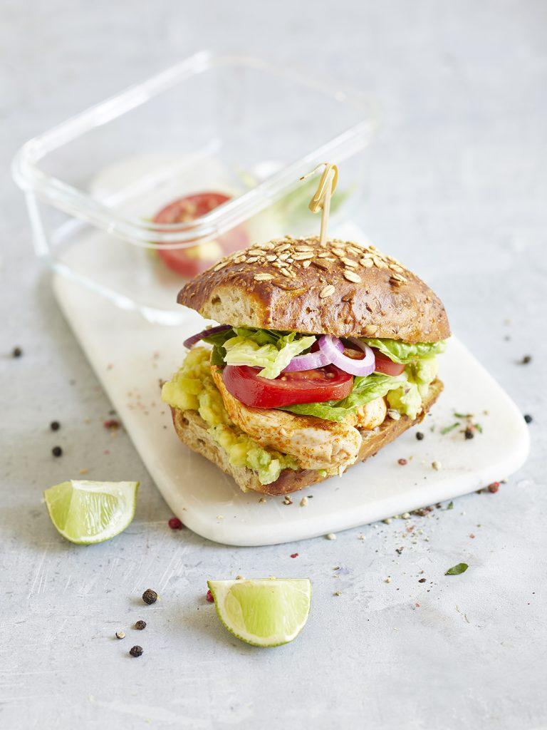 Chicken-Burger mit Mango-Guacamole