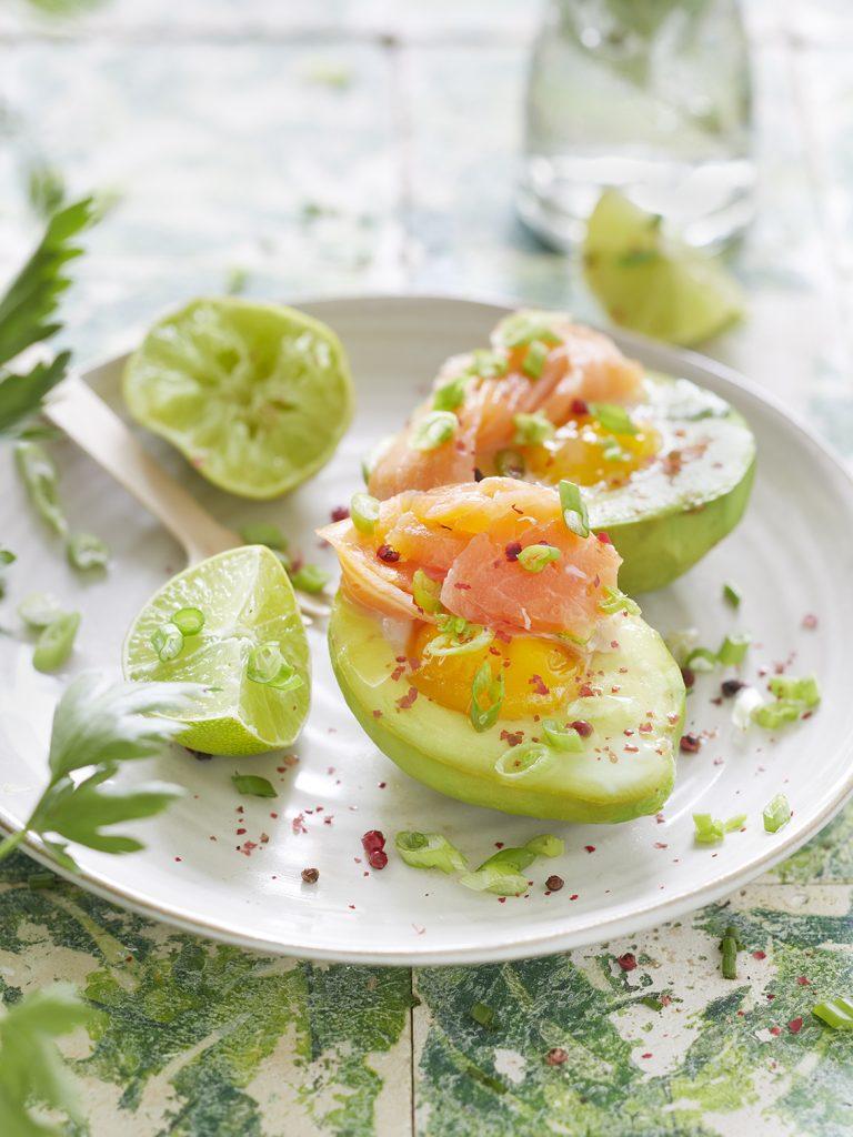 Frühstücks-Avocado mit Lachs und Ei