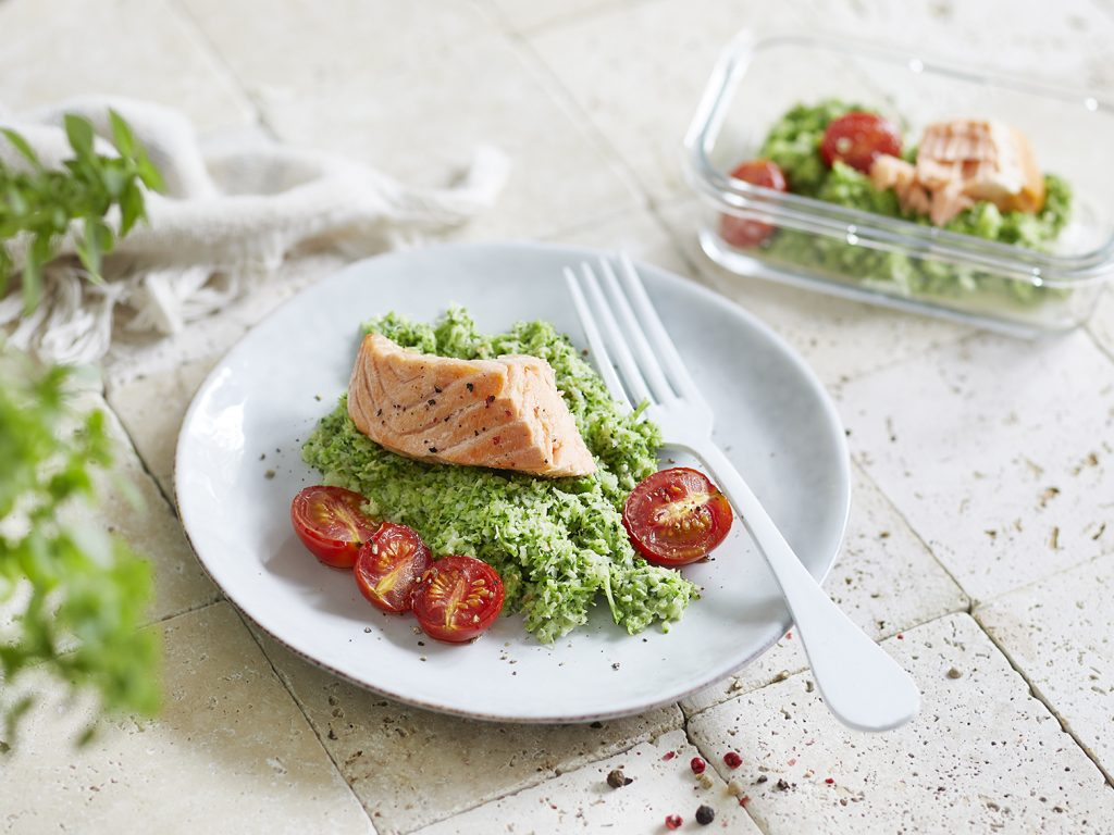 Ofenlachs mit Tomaten und Brokkoli-Cashew-Mash