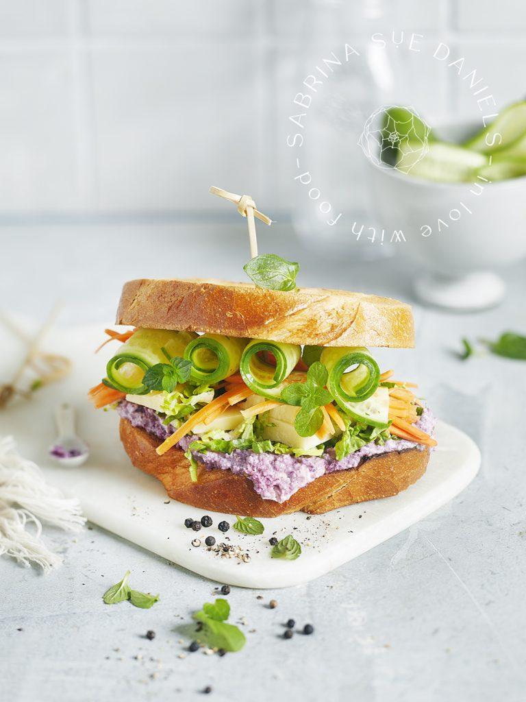 Foodstyling für Rainbow Sandwich mit buntem Gemüse und Rotkohl Hummus