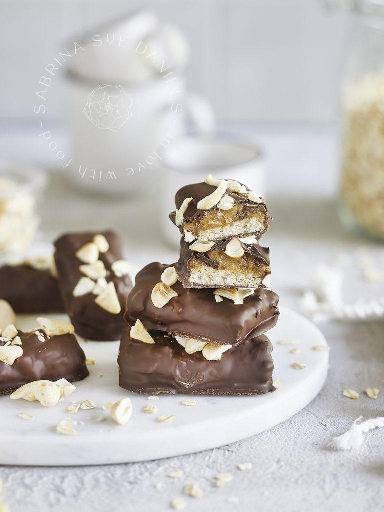 Vegane Snickers-Karamell-Cashew Schokoriegel
