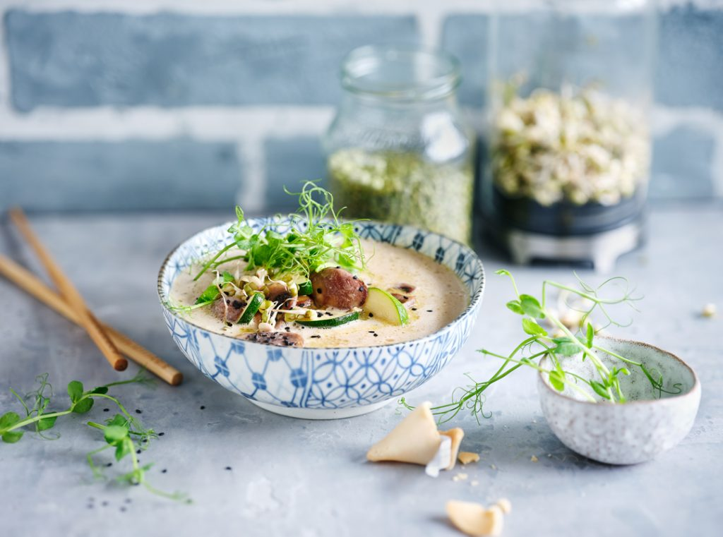Zucchini-Kokosmilch Suppe mit Sprossen_Tom Kha Gai
