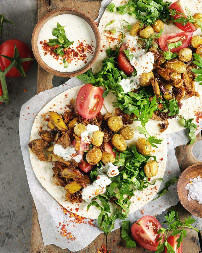 Kebab aus Bananenschale mit Kartoffeln und Joghurt Dip