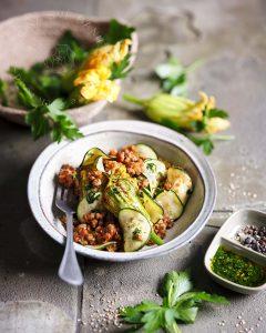 Zucchini Auflauf mit Blüten & Sonnenblumenhack
